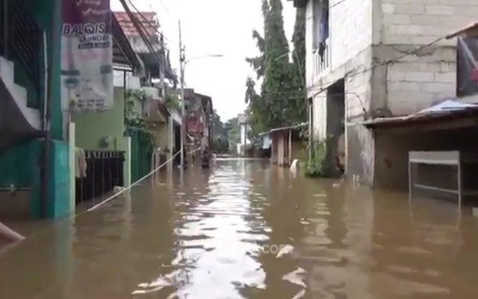 Banjir di Kelurahan Cipinang Melayu, Makasar, Jakarta Timur, Jumat (19/2). Foto: Dean Pahrevi/JPNN.com Artikel ini telah tayang di JPNN.com dengan judul