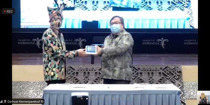 Serah terima alat GeNose C19 dari Menristek Bambang Brodjonegoro ke Menparekraf Sandiaga Uno (Istimewa)