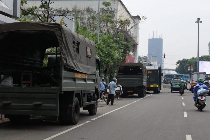Pihak kepolisian masih tetap berjaga dengan kendaraan taktis water canon di kawan Istana Negara (foto: Arief/SSE)
